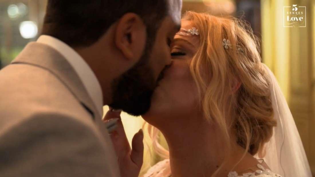 """Nicole und Sahand küssen sich auf ihrer Hochzeit bei """"5 Senses for Love"""""""