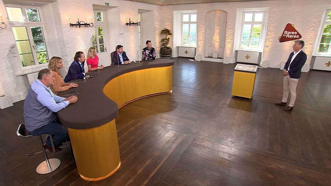Moderator Jörg Pilawa verhandelt im Händlerraum von Bares für Rares