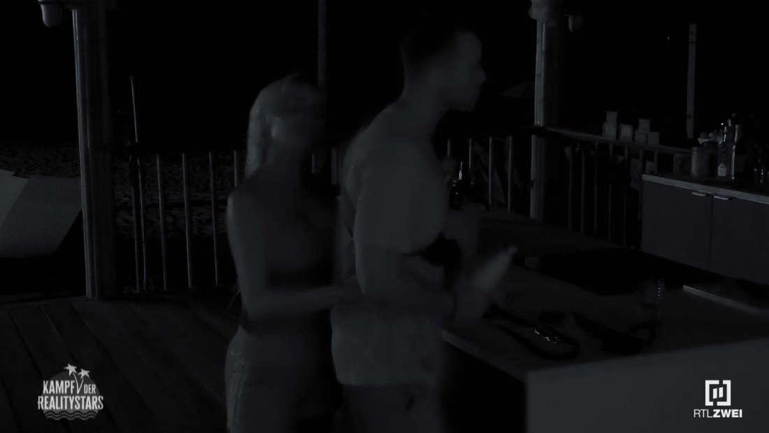 Gina-Lisa umarmt von hinten Andrej Mangold