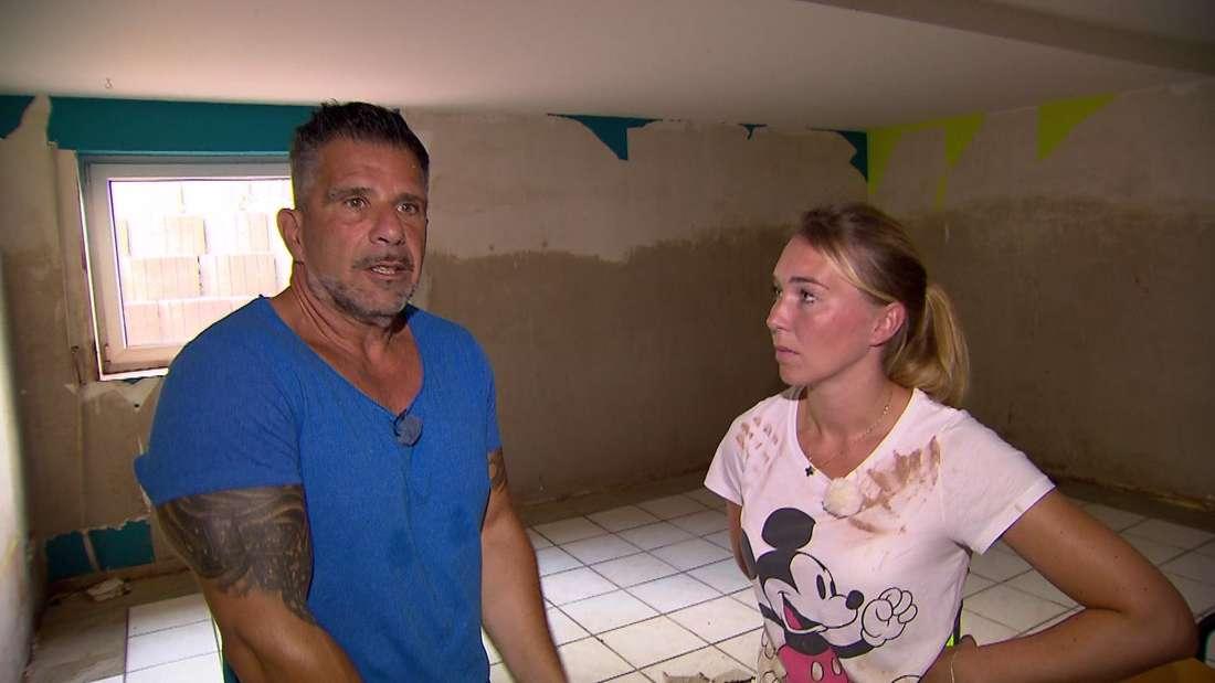 Marco und Tamara Gülpen stehen im leeren Keller