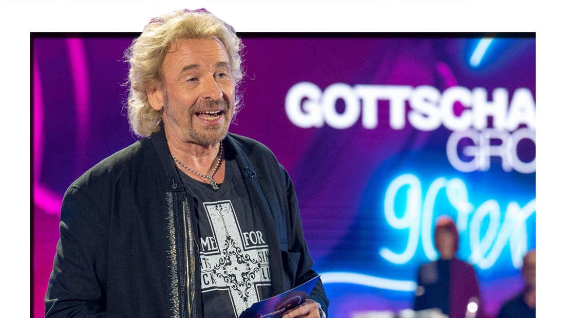 """""""Gottschalks große 90er-Show"""": Thomas Gottschalk steht moderierend vor einem Teil der Band Heavytones."""