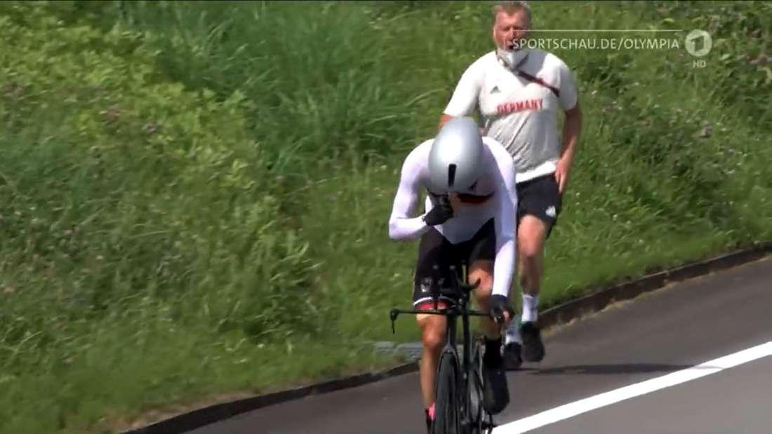 Patrick Moster ruft Nikias Arndt beim olympischen Zeitfahren zu.