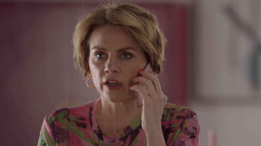 Yvonne sieht aufgebracht aus, sie ist am Telefon.
