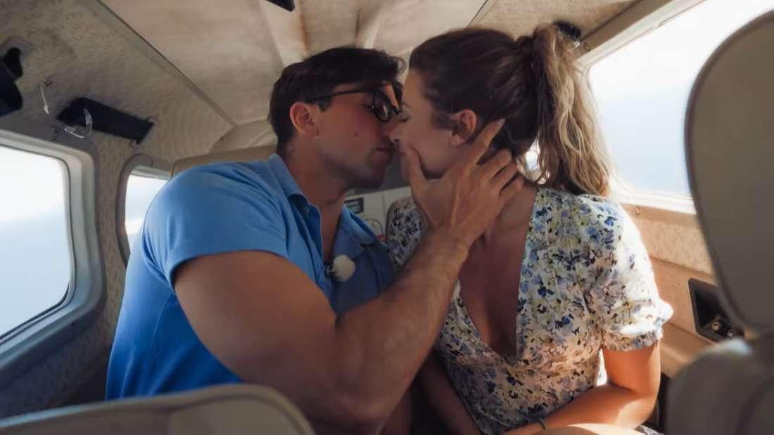 Maxime und Julian Dannemann küssen sich