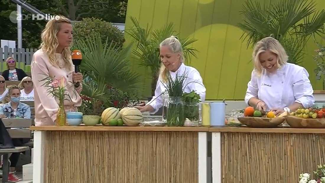 ZDF-Fernsehgarten: Andrea Kiewel steht mit den Köchinnen Jennifer und Nathalie Dienstbach auf der Bühne der ZDF-Show