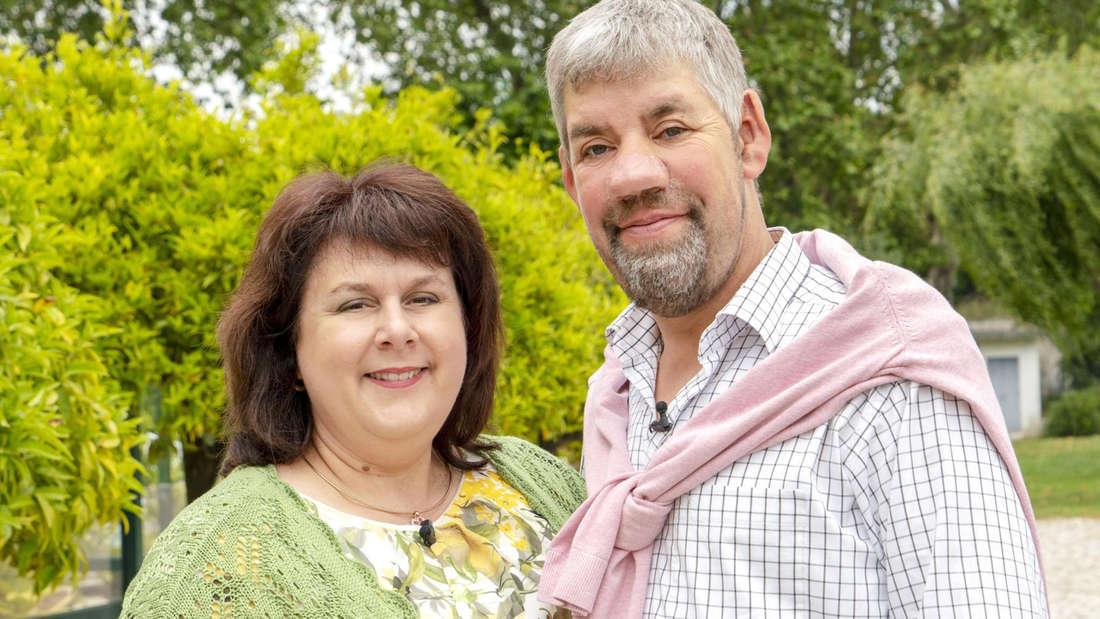 """Uwe Abel wurde als der """"sanfte Schweinebauer"""" in der RTL-Sendung """"Bauer sucht Frau"""" bekannt. Dort lernte er seine Frau Iris kennen und lieben."""