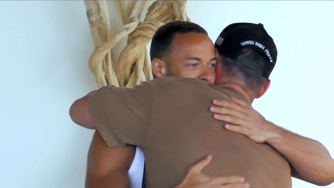 Andrej Mangold und Chris Broy umarmen sich