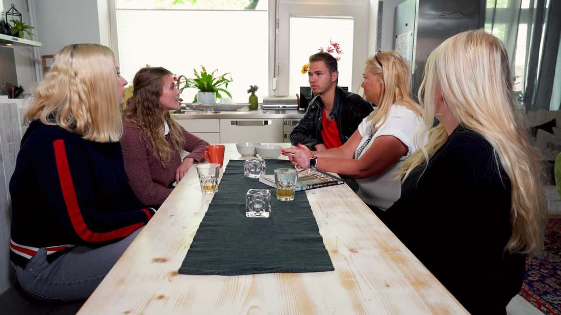 """Der """"Schwiegertochter gesucht""""-Kandidat Nic, sitzt mit drei potenziellen Verehrerinnen und seiner Mutter (zweite von rechts) am Esstisch."""