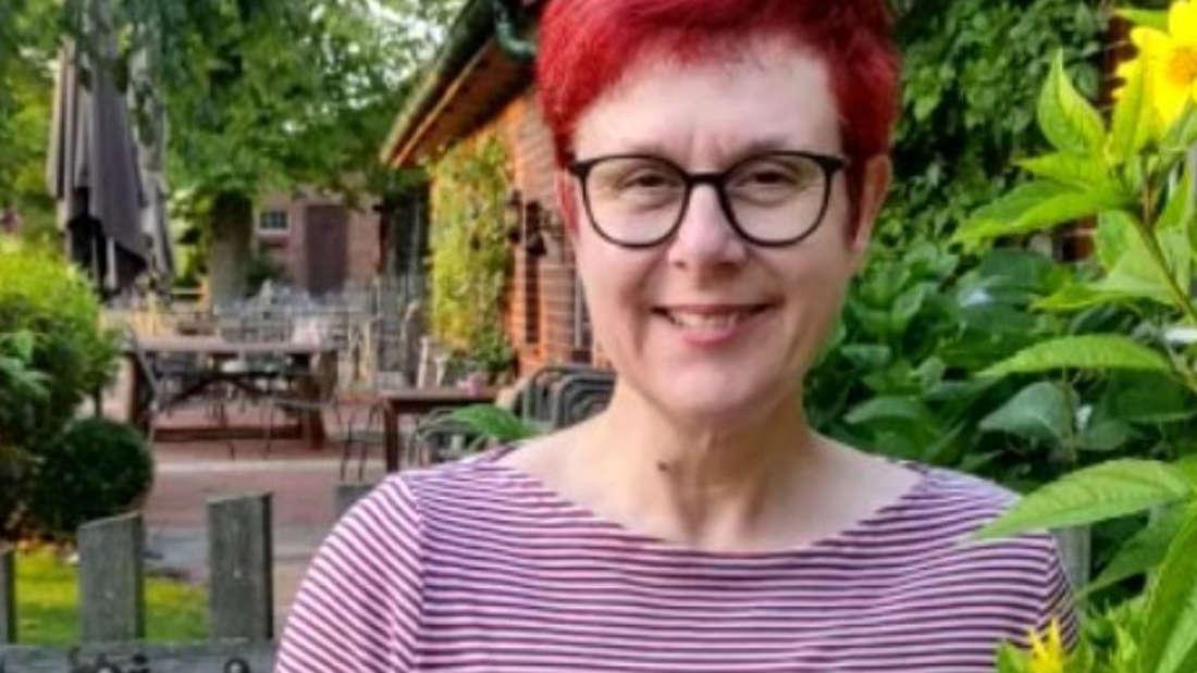 Iris Abel mit roten Haaren im Garten
