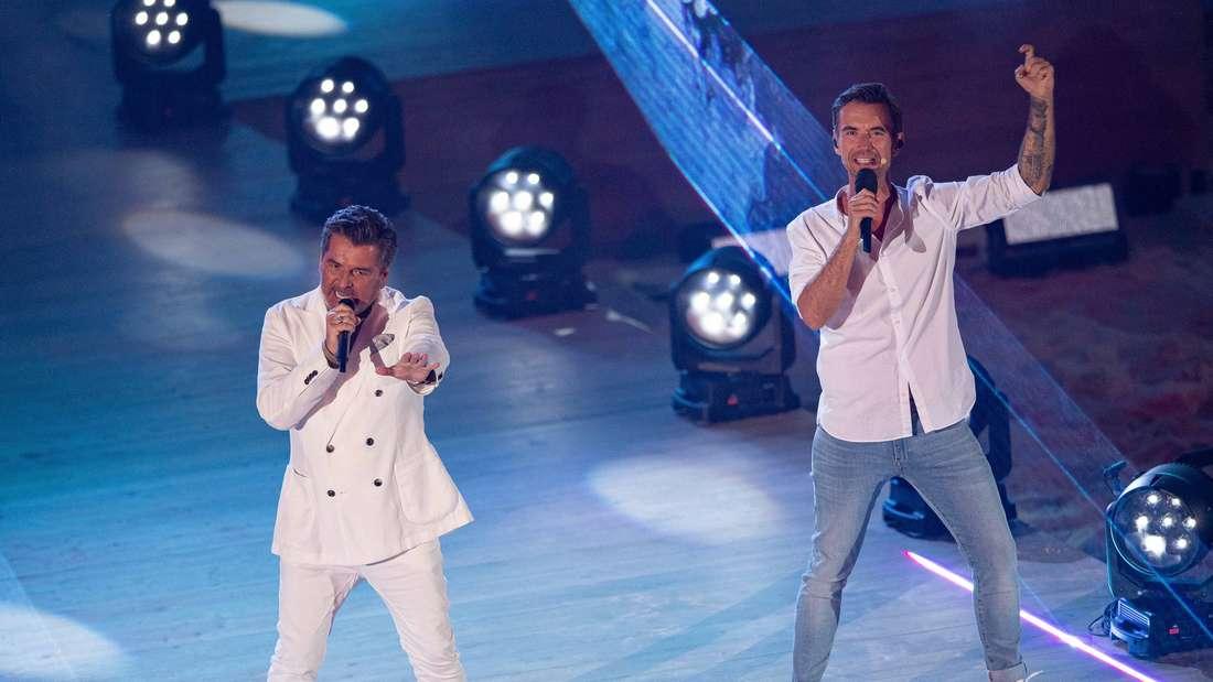 Im Rahmen der ARD-Schlagerstrandparty treten die Musiker Thomas Anders und Florian Silbereisen gemeinsam auf der Bühne auf.