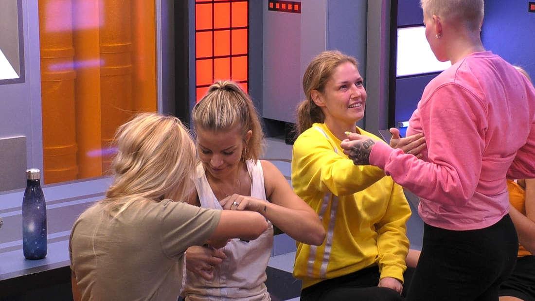 """Die Mädels erkunden im """"Promi Big Brother""""-Container ihre Brüste"""