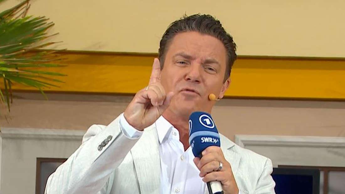 Stefan Mross hebt den Zeigefinger während er spricht