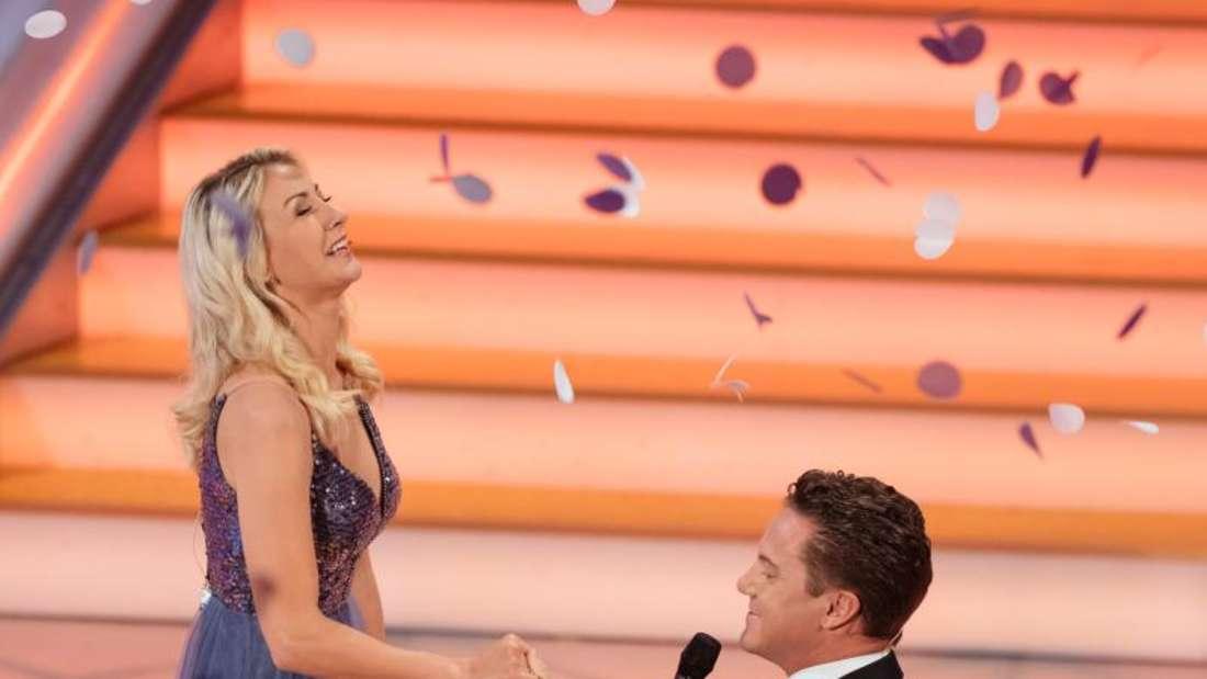 Stefan Mross macht der Sängerin Anna-Carina Woitschack einen Heiratsantrag. Foto: Michael Reichel/dpa