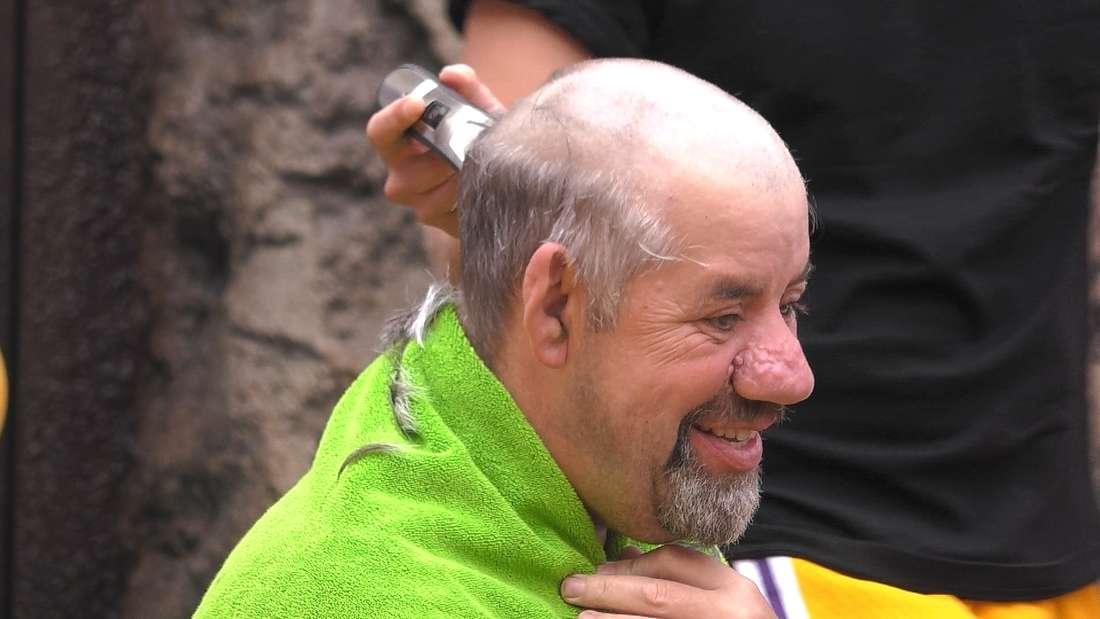 Uwe Abel lässt sich eine Glatze rasieren