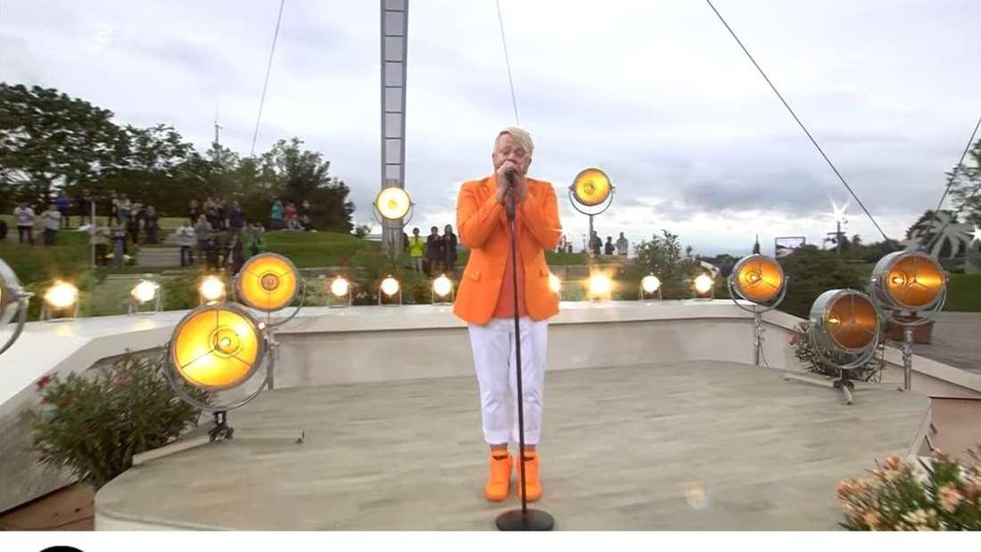 Ross Antony tritt im ZDF-Fernsehgarten auf, darunter Twitter-Kommentare zu seinem orangen Outfit