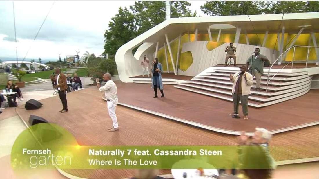 Cassandra Steen inmitten der Naturally 7 Sänger