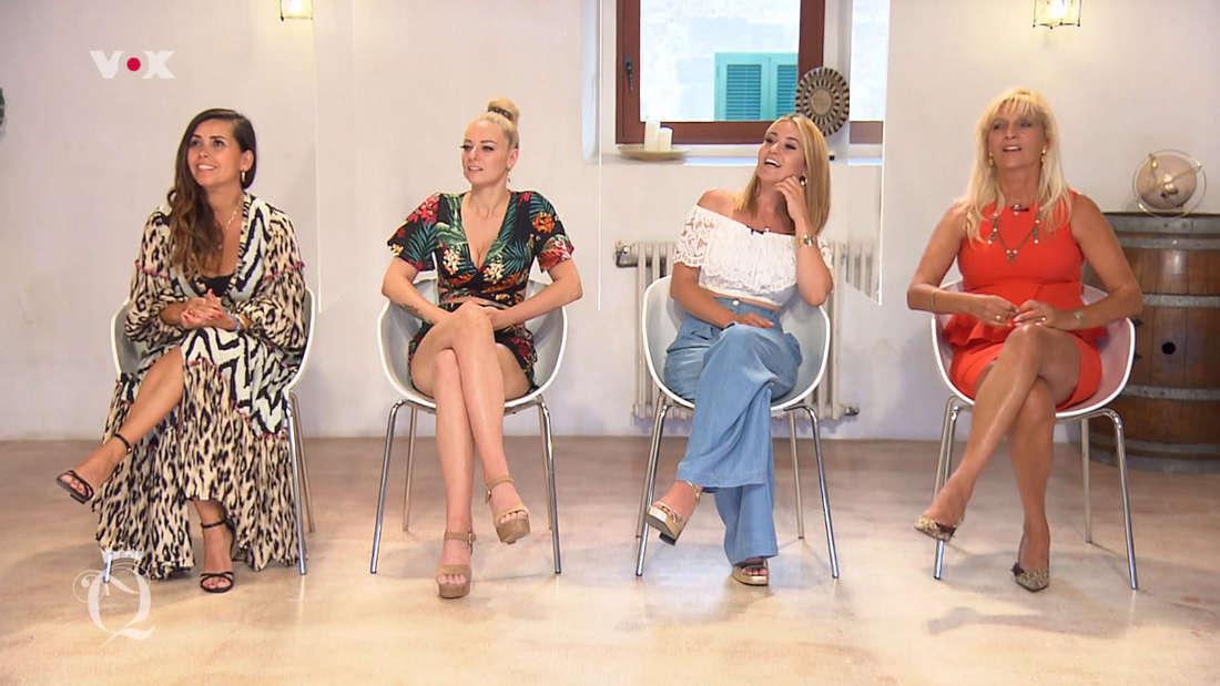Vier Kandidatinnen auf Stühlen.