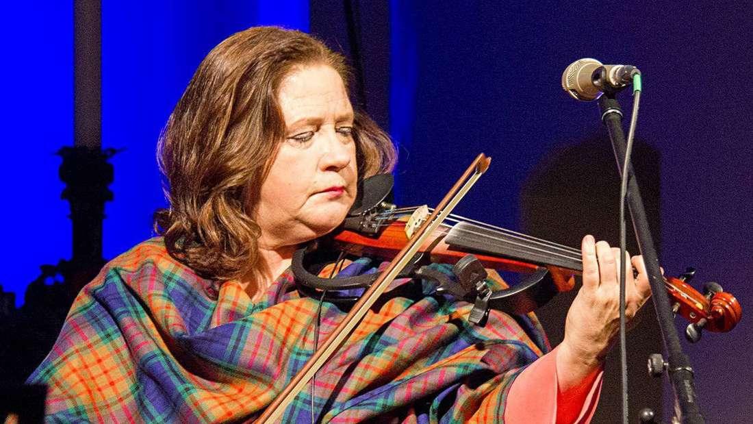 Mit ihrem urtümlich klingenden, keltischen Sound im typischen Kelly-Stil, meist von ihr selbst instrumental untermalt, entwickelte die Sängerin gewaltige Präsenz, die die Gäste fesselte. - Fotos: Schmidt