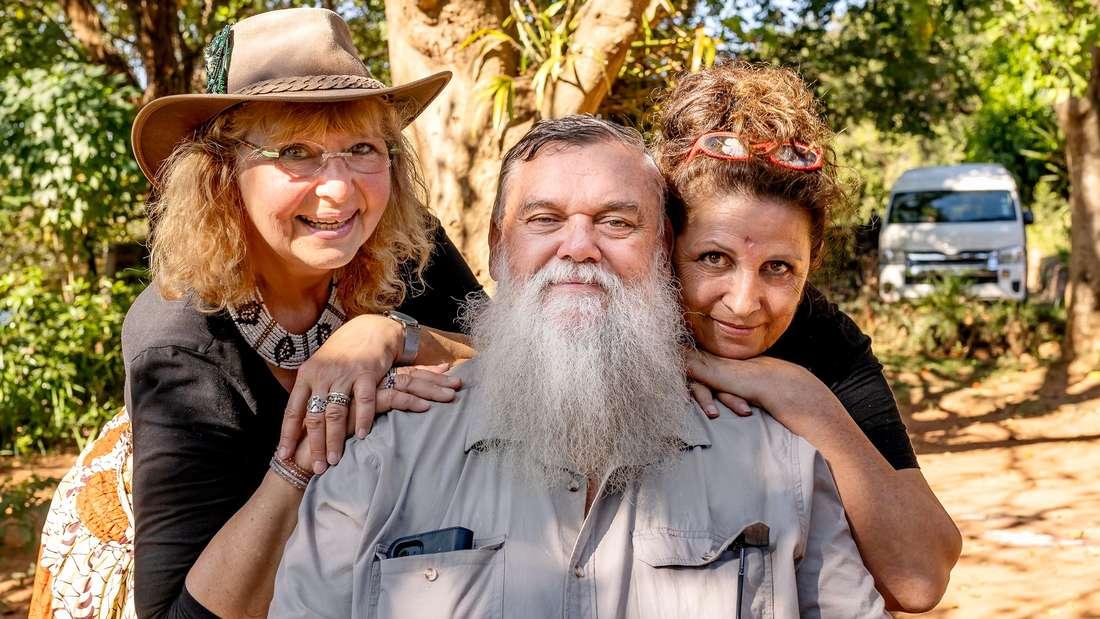 Bauer sucht Frau International: Zu sehen ist Kandidat Werner aus Südafrika, neben ihm seine Besucherinnen Karin  und Conny.