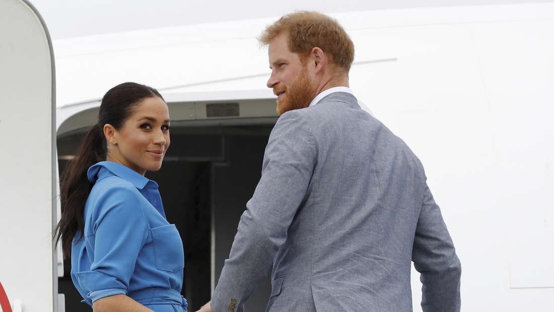 Der britische Prinz Harry, Herzog von Sussex, und seine Frau Meghan, Herzogin von Sussex, besteigen am Flughafen Fua'amotu ihr Flugzeug