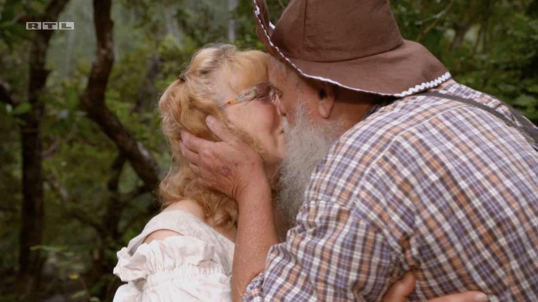 Werner bedankt sich bei Karin mit einem Kuss