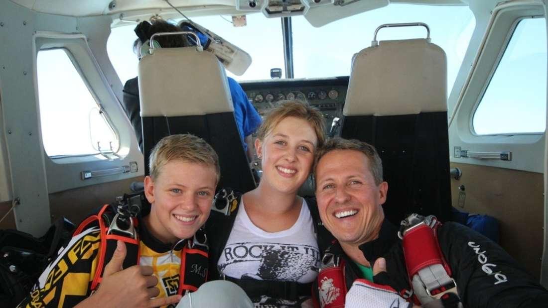 """Michael Schumacher (r) und seine Kinder Mick Schumacher und Gina-Maria Schumacher in einer Szene der Netflix-Dokumentation """"Schumacher"""""""