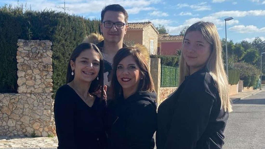 Danni Büchner mit ihren drei ältesten Kindern. Rechts von ihr steht Tochter Joelina.