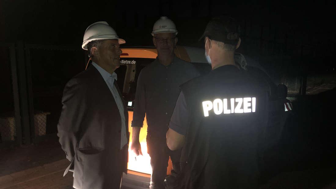 Mitarbeiter der SachsenNetze vor Ort im Gespräch mit der Kriminalpolizei.