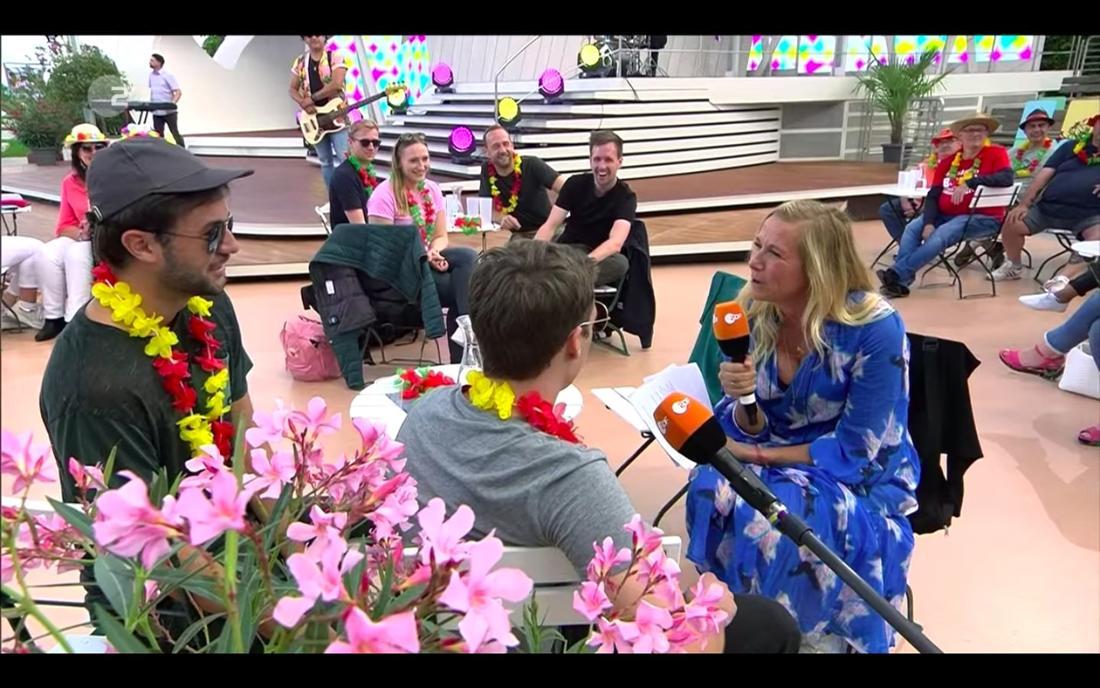 Andrea Kiewel quizzt ihre Live-Gäste und schenkt Sangria aus