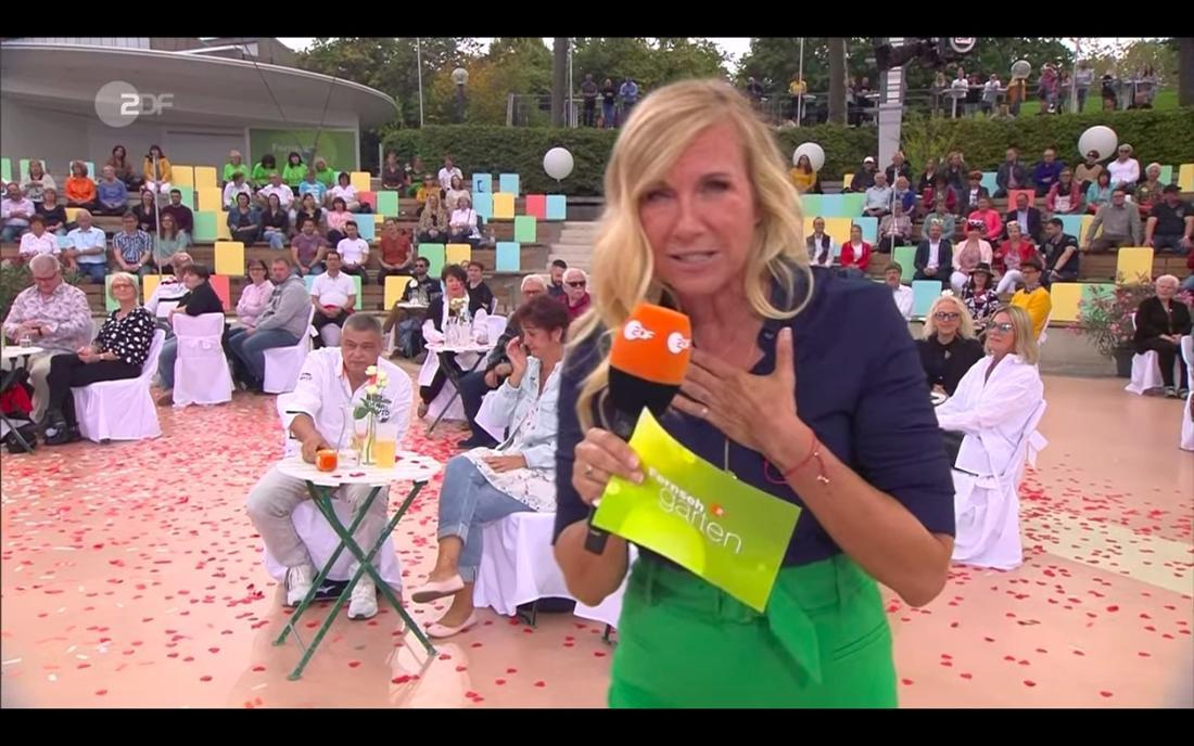 Andrea Kiewel erklärt im ZDF-Fernsehgarten, warum Hennig Krautmacher nicht mit seinen Höhner-Kollegen auf der Bühne steht
