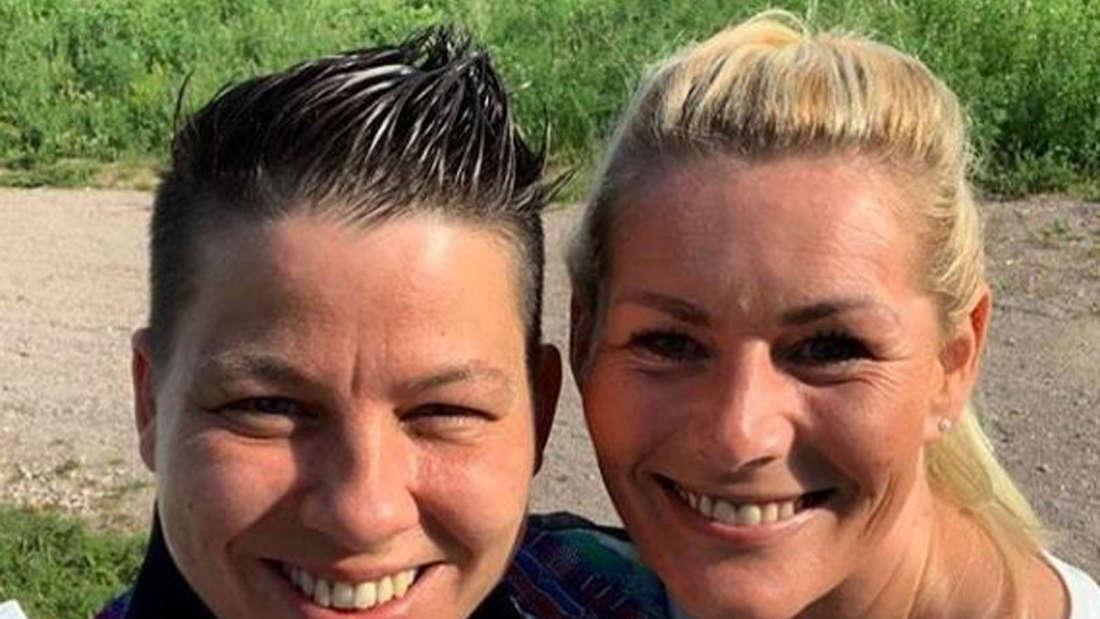 (v.l.) Kerstin Ott und Karolina Köppen schauen beide in die Kamera und lachen