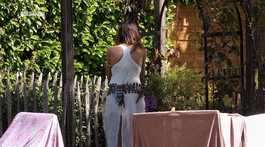 """Jana Pallaske unterhält sich im """"Sommerhaus der Stars"""" mit Blumen"""