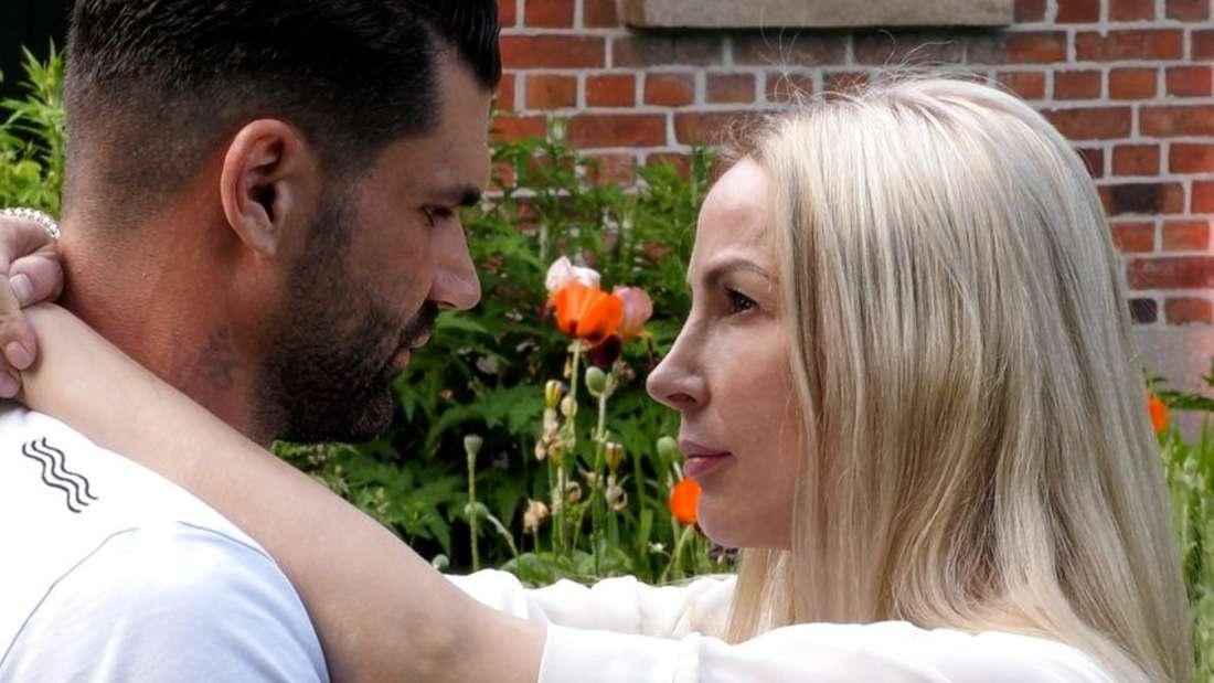 Mike Cees und Michelle Monballijn schauen sich in die Augen